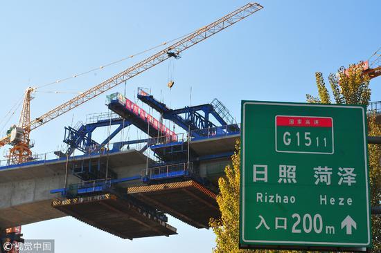 2017年11月4日,山东省济宁市泗水县张庄,正在建设的鲁南高铁/视觉中国