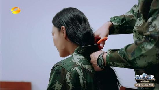 何捷曾帮张馨予剪长发 网友调侃:剪了头发要负责