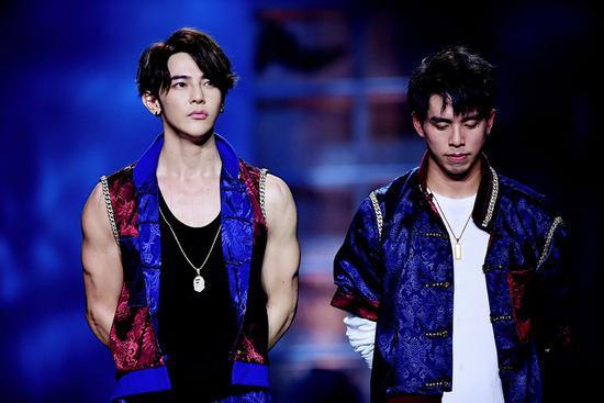 汪东城《双截棍》小组竞演第一  为圆舞蹈梦膝盖缠胶带