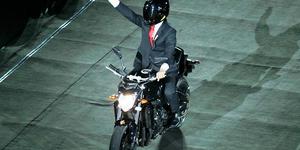 印尼总统秀车技 千手观音震撼全场