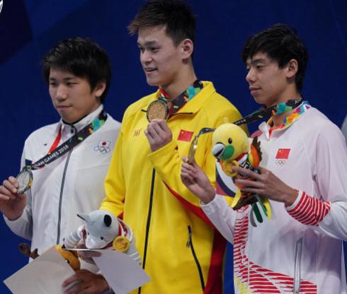 孙杨与身边中国队队友领奖服不同