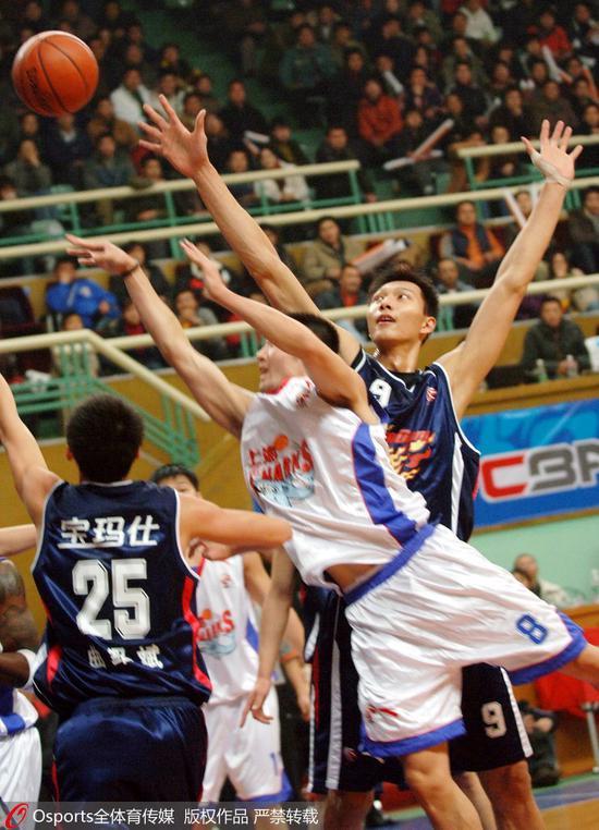 2005-2006赛季:曲绍斌与易建联合力防守刘炜
