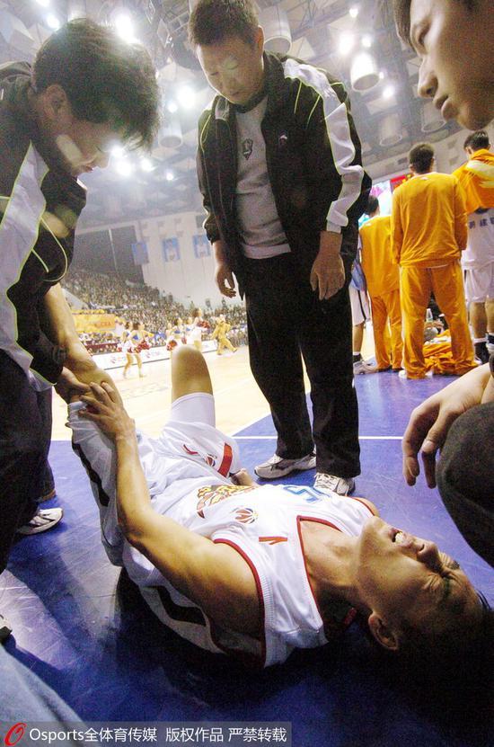 2005-2006赛季:曲绍斌受伤倒地