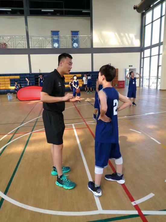 曲绍斌在训练营中指导小球员