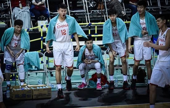 2017年东亚男篮锦标赛:郭昊文在板凳席为队友助威