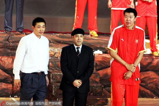 八一青年队主帅张劲松(左一)