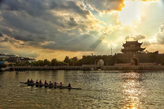 2018赛艇公开赛苏州站 开赛30支队伍逐浪护城河