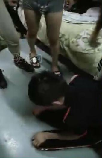 日肥逼流水视频_少年在宿舍遭6人轮流殴打:被逼下跪 始终一声不吭