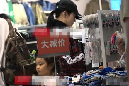 李小璐带女儿甜馨逛大减价区挑选平价童装