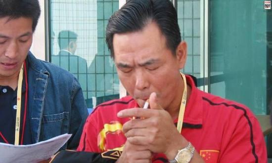 蔡振华有吸烟的习惯,心情不好时吸得更凶。