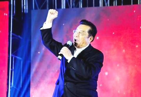 79岁李双江现身个唱发布会 即兴演唱京剧宝刀不老