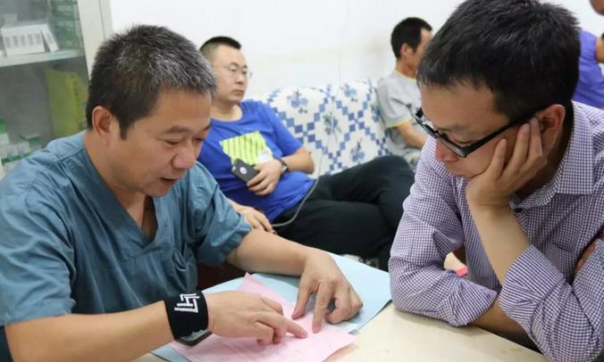 南昌市第一医院北院内科主任胡向东为乍得华人健康保驾护