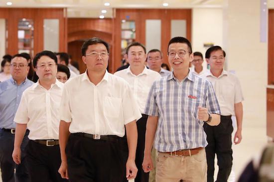 省政协主席毛万春到三亚学院开展调研
