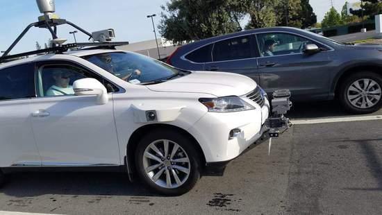 图片为苹果无人驾驶车发生首起事故时现场图