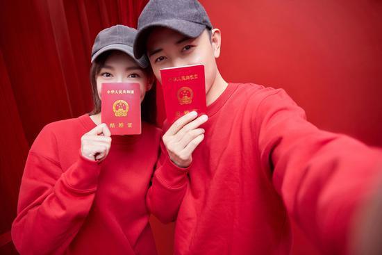 2018年10月28日,罗晋、唐嫣结婚照曝光。女星大多嫁入豪门或者嫁给同行,嫁给普通人的概率很低/视觉中国