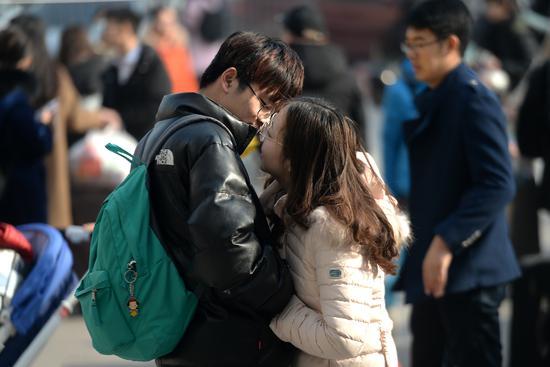 2018年1月20日,在济南火车站,准备返乡的大学生情侣不舍得分开。不过除了假期,他们有的是时间在一起/视觉中国
