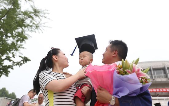 清华大学的一对博士夫妇。对学历更加挑剔的女生,如果读到了博士,在大学里找到另一个博士无疑是理想的选择/视觉中国