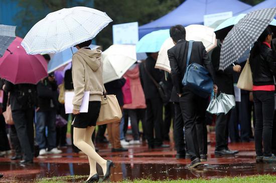 2012年12月3日,理工科专场招聘会在华工举行。理工科的男女比例不平衡众所周知,这位女生在理工科男生群里,显得很是特别/视觉中国