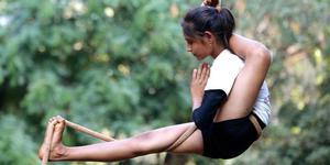 印度学生表演空中瑜伽 庆祝儿童节将至