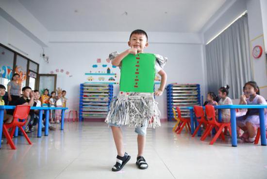 幼儿园手工作业:自制不敌网购 孩子受伤家长苦恼