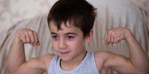 惊呆!5岁男孩2小时做4千个俯卧撑