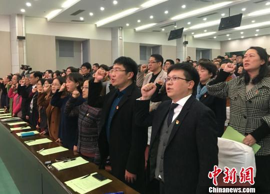 南京名校教师集体签署承诺书,并宣誓遵守自己的承诺。 申冉 摄