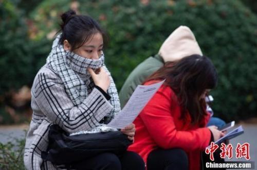 考生在南京林业大学考点等候进场时复习。中新社发 苏阳 摄