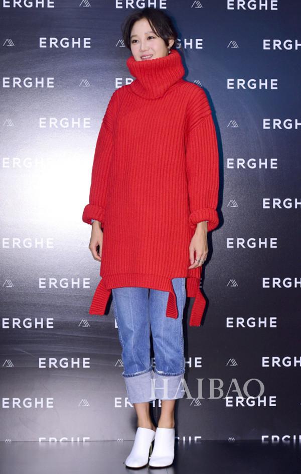 孔晓振身着巴黎世家 (Balenciaga) 高领毛衣,踩维特萌 (Vetements) 穆勒鞋现身品牌活动