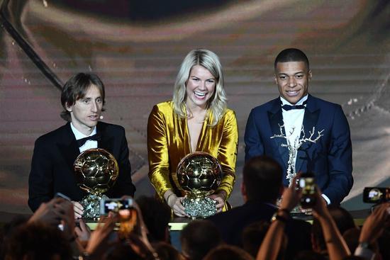 太尴尬!挪威美女夺金球奖,主持人公然调戏:你会跳电臀舞吗?
