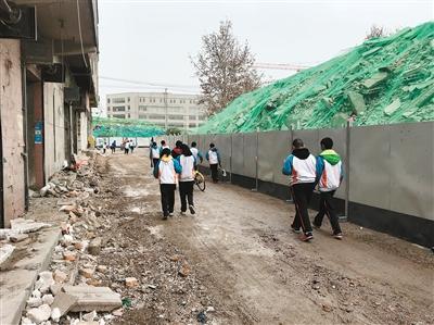 西安一小学周边拆迁 学生上学路成施工现场
