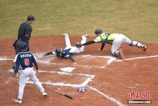 12月5日,第二届海峡两岸学生棒球联赛总决赛在深圳中山公园棒球场落幕。在大学甲组决赛中,北方工业大学(蓝队)以3比2胜万能科大(黄队)夺得冠军。中新社记者 陈文 摄