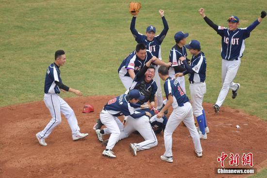 图为北方工业大学棒球队队员庆祝获胜。中新社记者 陈文 摄