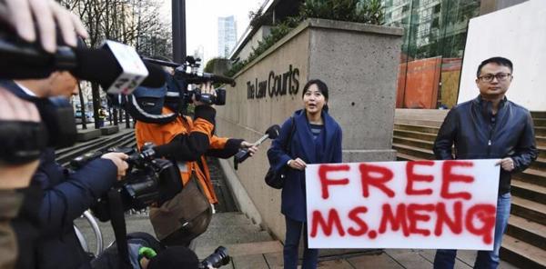 当地时间10日,在法庭外面,有华人群众举起标语,要求释放孟晚舟女士