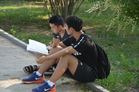 2017年6月17日,山东聊城,全国大学英语四六级开考,学生正在复习/视觉中国