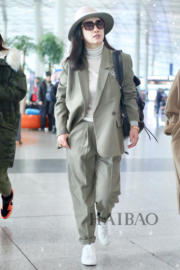 秦海璐2018年11月20日北京机场街拍:身着思琳 (Celine) 灰色西服套装