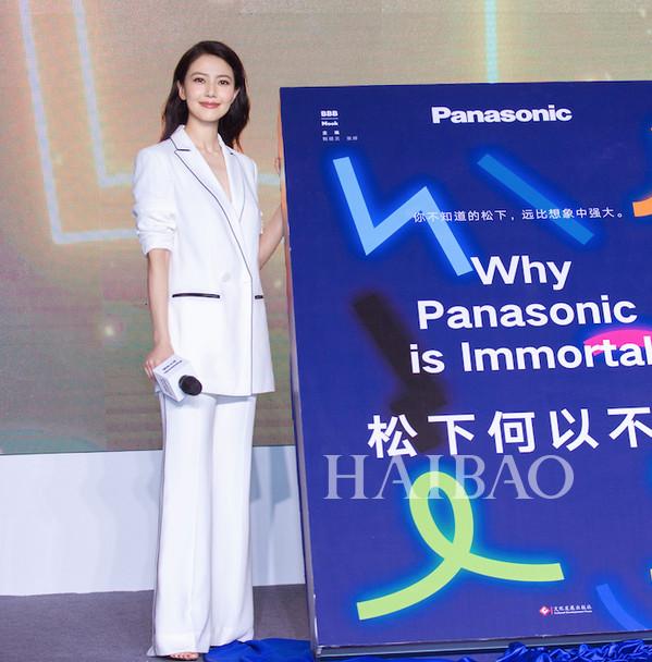 高圆圆2018年4月12日身着Taoray Wang 2018春夏系列白色西服套装现身品牌活动