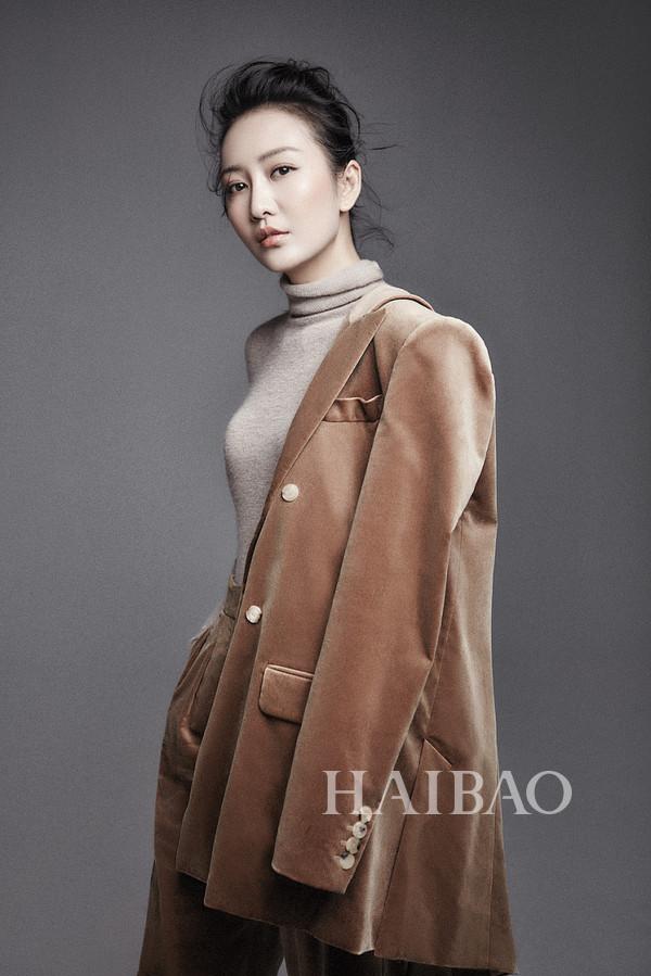 2017年11月2日,王鸥拍摄秋日时尚写真。她身穿焦糖色丝绒西装外套,奶茶色高领针织衫。