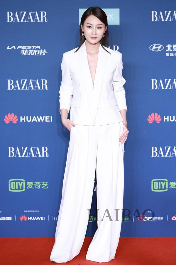 林鹏身着Taoray Wang西服套装现身2018芭莎明星慈善夜红毯