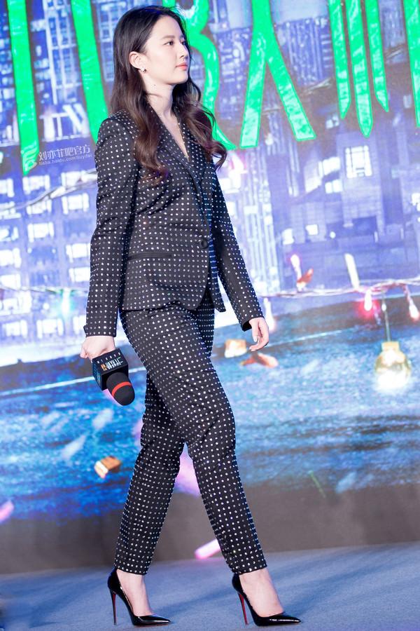 刘亦菲2017年12月24日身着莫斯奇诺 (Moschino) 2018春夏系列水钻拼贴西服套装,踩克里斯提·鲁布托 (Christian Louboutin) 黑色高跟鞋现身电影《二代妖精》的首映发布会
