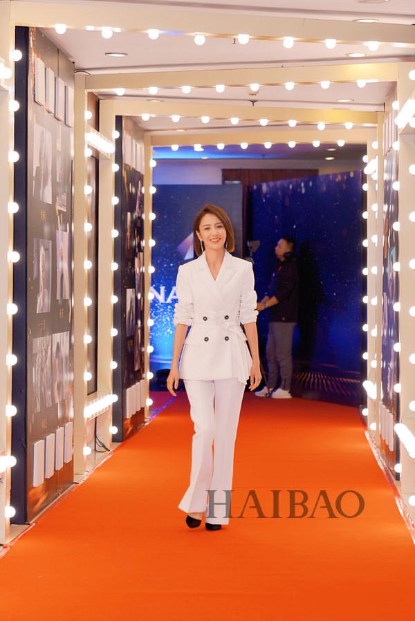 佟丽娅2018年1月12日身着Comme Moi白色西服套装,踩Tigrisso高跟鞋现身2017中国好演员推选表彰会红毯