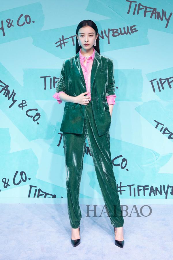 倪妮2018年9月6日身着Rachel Antonoff 2018秋冬系列绿色丝绒西服套装,踩克里斯提·鲁布托 (Christian Louboutin) 高跟鞋现身上海出席蒂芙尼 (Tiffany & Co.) 全新花韵系列作品的发布派对