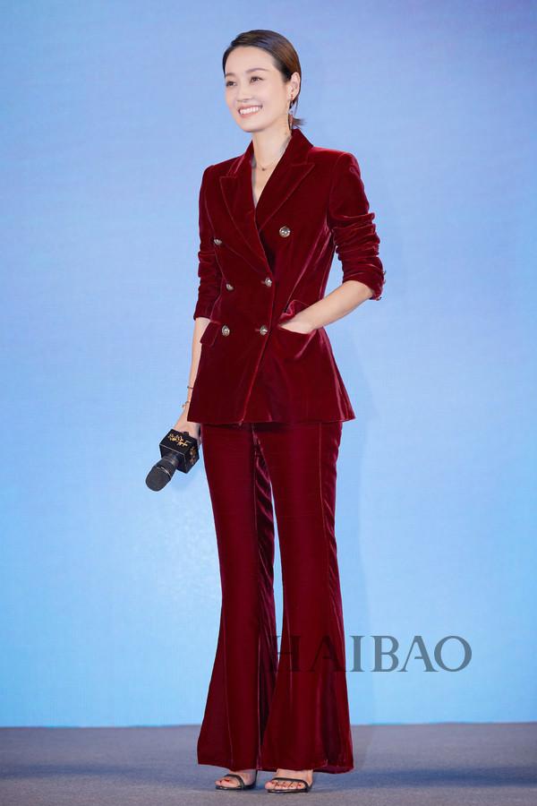 马伊琍2018年9月17日身着Comme Moi 2018秋冬系列红色丝绒西服套装现身电影《找到你》的北京首映礼