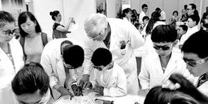 六旬洋教授直播化学实验走红:中国孩子做实验太少