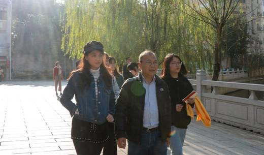胡教授与师生同游广州旧城微改造项目之一的永庆坊