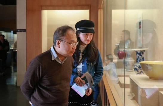 胡教授与钟慧美老师参观陶瓷馆藏品