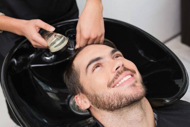 ?海王弟弟的头发扎太紧 小心掉头发要好好保养哟!