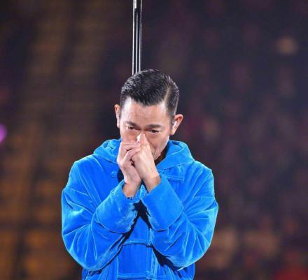刘德华演唱会中途取消 当场痛哭向粉丝致歉