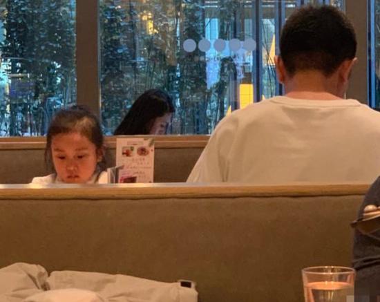 贾乃亮独自带甜馨外出吃饭 父女同框满满都是爱