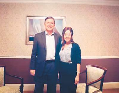 陈晓芮很看好中国市场的未来,尤其是在低碳水饮食领域,她认为有着巨大的发展空间并一直努力开辟国内外市场。图为陈晓芮(右)与美国前肥胖协会主席艾瑞克合影。