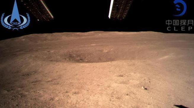 嫦娥四号成功着陆 传回首张月背图
